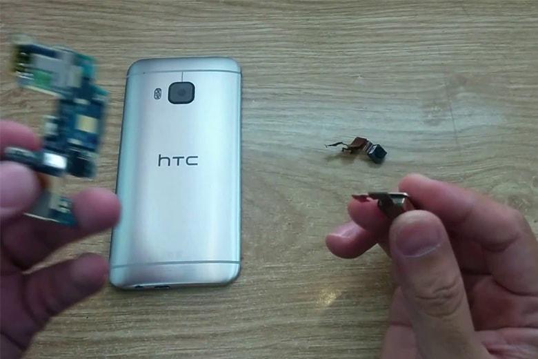 Ảnh chụp cảnh thay camera sau HTC tại Viện Di Động
