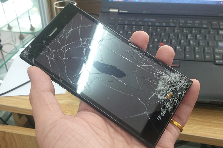 Thay màn hình Blackberry bị hỏng bể nặng