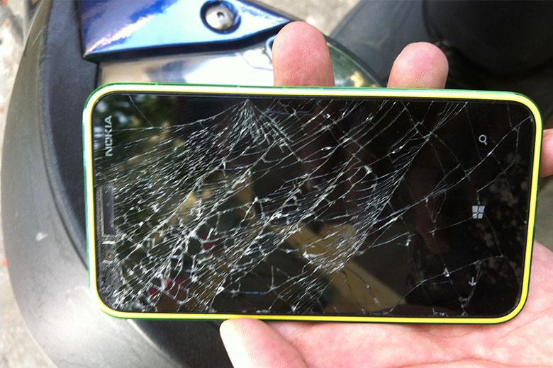 Thay mặt kính cảm ứng Nokia bị bể nứt nghiêm trọng