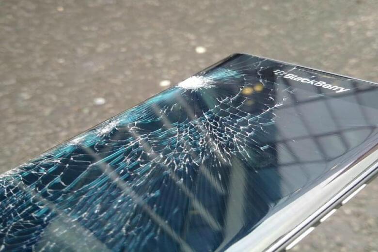 Rơi hay va chạm mạnh cũng dẫn dẫn đến thay pin Blackberry