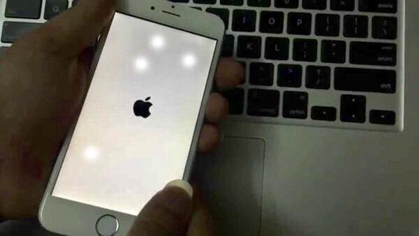 Màn hình iphone bị chấm đốm nên sửa chữa ngay tại hệ thống uy tín