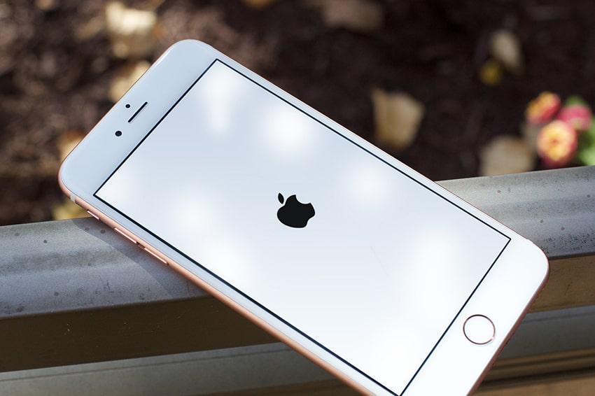 Khởi động lại máy để khắc phục lỗi màn hình iPhone 6 bị chập chờn