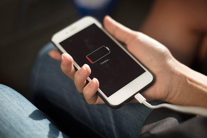Sạc điện thoại để kích nguồn