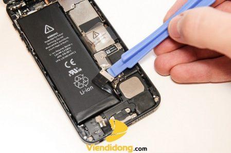 Chụp ảnh thay pin iPhone 5 sạc không vào pin