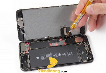 Đang sửa màn hình iPhone 7 chuyên nghiệp