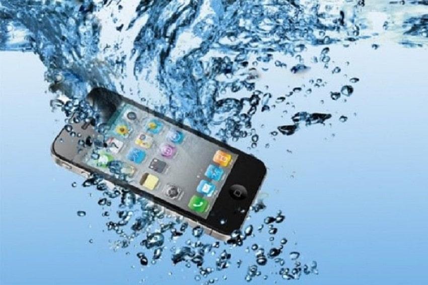 Thay kính camera sau iPhone khi bị rớt xuống nước