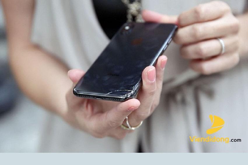 Lo mải mê vuốt điện thoại nam thanh niên suýt mất ngón tay cái