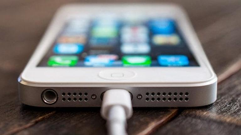 Làm gì khi iPhone sạc không vào Pin?