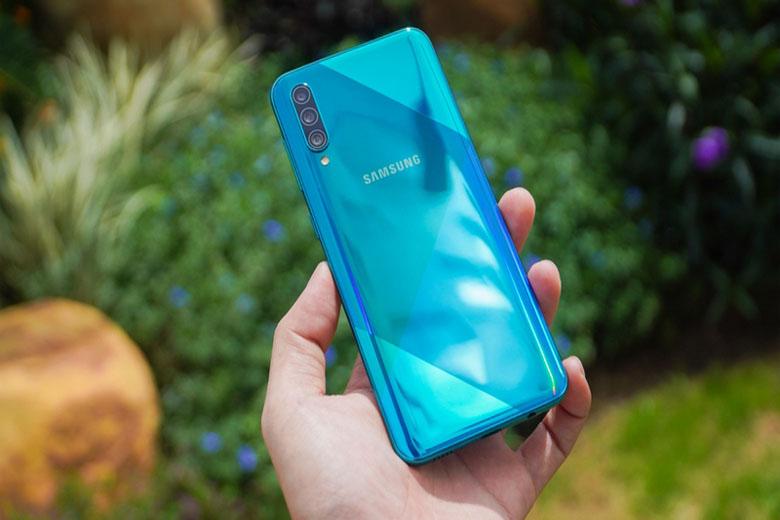 Mặt lưng Galaxy A50s có hiệu ứng chuyển màu đẹp mắt