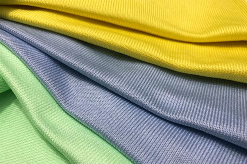 Những miếng vải mềm sẽ hạn chế tối đa làm xước khi vệ sinh điện thoại chống dịch Covid-19