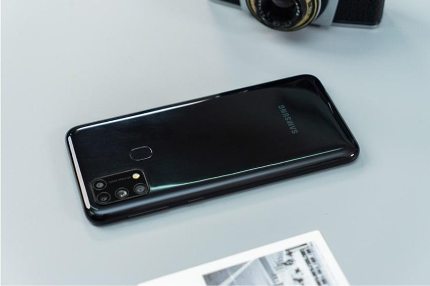 Tuy sở hữu màn hình AMOLED nhưng Galaxy M31 vẫn trung thành cảm biến vân tay ở mặt sau