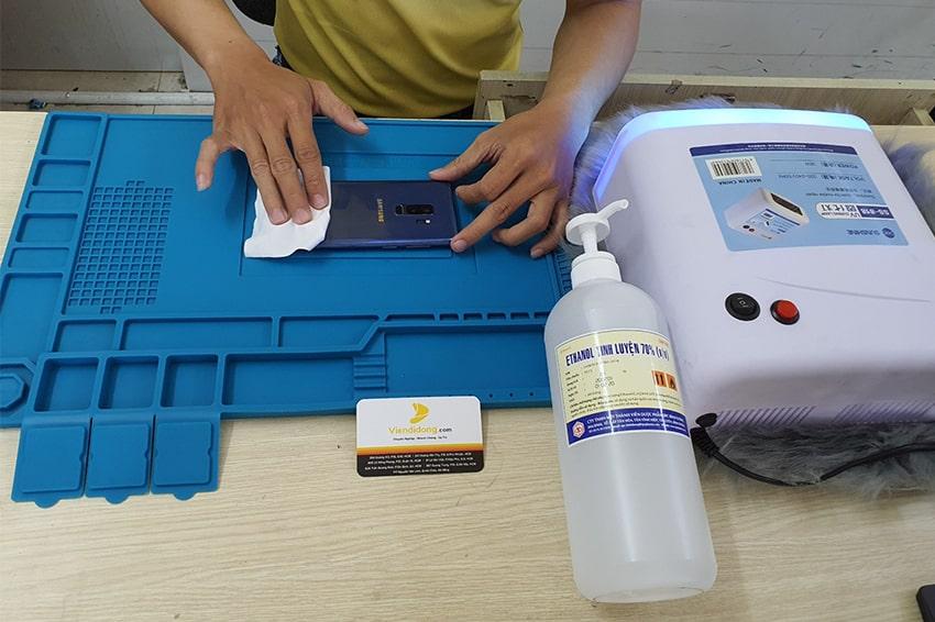 Góp sức đẩy lùi Covid-19, Viện Di Động hỗ trợ khử khuẩn điện thoại MIỄN PHÍ cho khách hàng