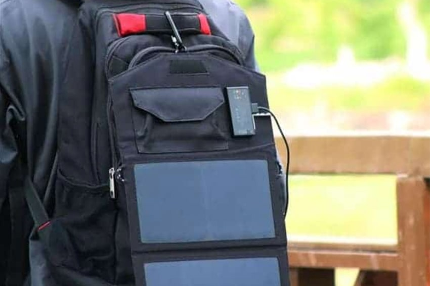 Để cải thiện khả năng sạc tích trữ pin,bạn có thể đeo nó ngay sau balo khi leo núi
