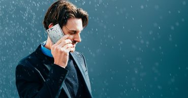 Cách bảo vệ smartphone sống sót trong mùa mưa bão