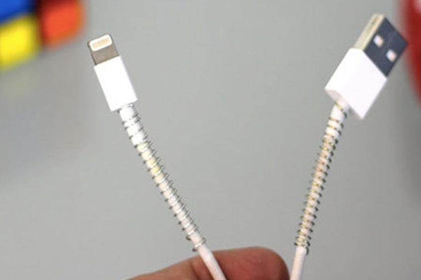 Dùng lò xo bút bi để bảo quản dây sạc điện thoạ