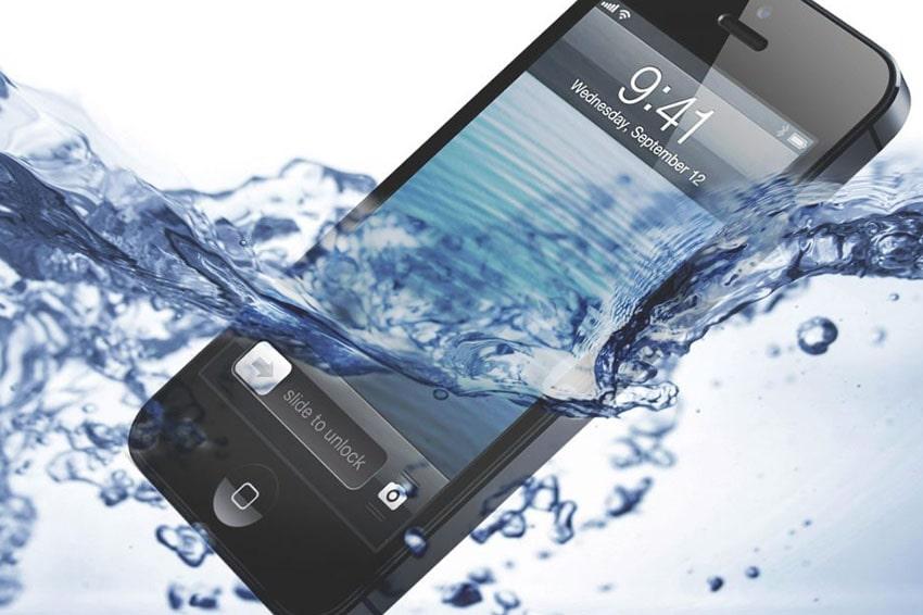 """cach-cap-cuu-iphone-khi-bi-vao-nuoc-viendidong Từ khi bội đôi Flagship iPhone 7/7Plus trình làng cho đến dòng iPhone 11 Pro Max mới nhất, Apple đã trang bị khả năng chống nước, chống bụi cho sản phẩm của mình. Tuy nhiên trên thực tế, khả năng chống nước không phải là tuyệt đối, đặc biệt là khi chiếc điện thoại đã từng tháo ra sửa chữa. Vì thế, nếu chẳng may lỡ làm rơi điện thoại xuống nước, chúng ta hoàn toàn có thể """"cấp cứu"""" iPhone theo hướng dẫn của Apple, hãy cùng Viện Di Động theo dõi tiếp bài viết dưới đây. Khi iPhone bị rơi vào nước cần cấp cứu ngay khi-iphone-bi-roi-vao-nuoc-can-cap-cuu-ngay-viendidong 1. Khả năng chống nước theo từng phiên bản trên iPhone 11 Pro và 11 Pro Max trang bị chuẩn IP68 theo tiêu chuẩn IEC 60529, thiết bị có thể hoạt động ở độ sâu tối đa 4 m trong vòng 30 phút. iPhone 11, XS và XS Max trang bị chuẩn IP68 theo tiêu chuẩn IEC 60529, thiết bị có thể hoạt động ở độ sâu tối đa 4 m trong vòng 30 phút. Còn lại các dòng Xr, X, iP 8, 8 Plus, iP 7 và 7 Plus thì được trang bị chuẩn IP67 theo tiêu chuẩn IEC 60529, thiết bị có thể hoạt động ở độ sâu tối đa 1 m trong vòng 30 phút. Tuỳ vào từng dòng iPhone mà khả năng chống nước trên mỗi thiết bị khác nhau kha-nang-chong-nuoc-tren-tung-phien-ban-iphone-se-khac-nhau-viendidong Những dòng iPhone 11, 11 Pro Max XS, XS Max và Xr đều có khả năng chống nước nếu trường hợp lỡ tay làm đổ nước ngọt, bia hay cà phê lên thì chỉ cần rửa sạch điện thoại bằng nước máy, rồi lau khô là xong. 2. Bảo quản iPhone đúng cách, hạn chế thiệt hại do chất lỏng gây ra Không mang iPhone xuống hồ bơi và phòng tắm hơi. Tránh sử dụng iPhone trong trường hợp tiếp xúc với nước ở tốc độ cao, cụ thể là khi trượt nước, lướt ván, lướt sóng hoặc trượt tuyết… Không cố ý nhấn chìm iPhone vào nước chỉ để thực hiện các cuộc """"test"""". Không nên """"test"""" iPhone dưới bất kỳ hình thức nào khong-nen-test-iphone-viendidong Tránh sử dụng iPhone ngoài phạm vi nhiệt độ cho phép hay trong điều kiện ẩm ướt. Sử dụng cẩn thận tránh để rơi iPhone hay để m"""