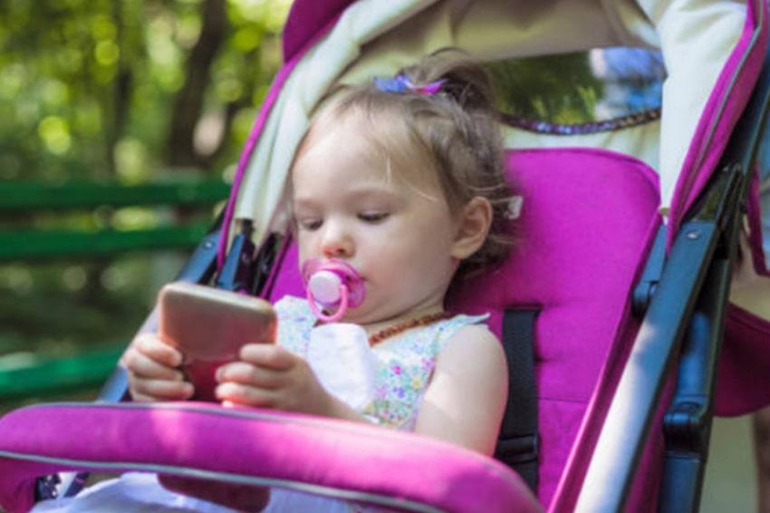 Tuyệt đối cẩn trọng khi để điện thoại trong xe đẩy em bé