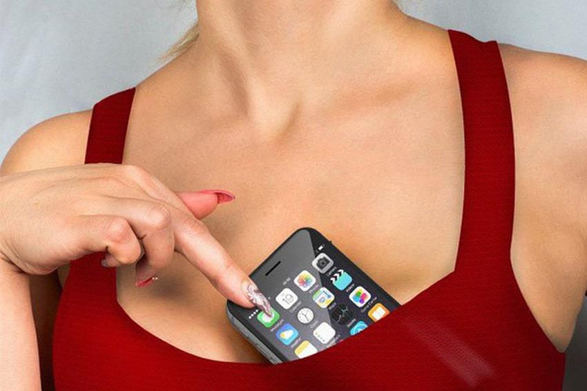 Thói quen để điện thoại trong đồ lót sẽ gây hại cho da