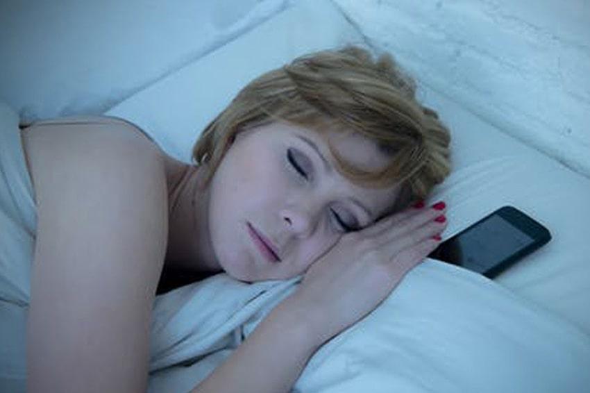 Để điện thoại quá gần khi ngủ lâu dần sẽ ảnh hưởng thần kinh gây suy giảm trí nhớ