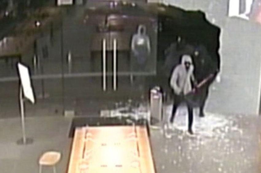 Hình ảnh từ camera ghi lại cảnh một Apple Store bị đập cửa rồi lấy trộm hàng