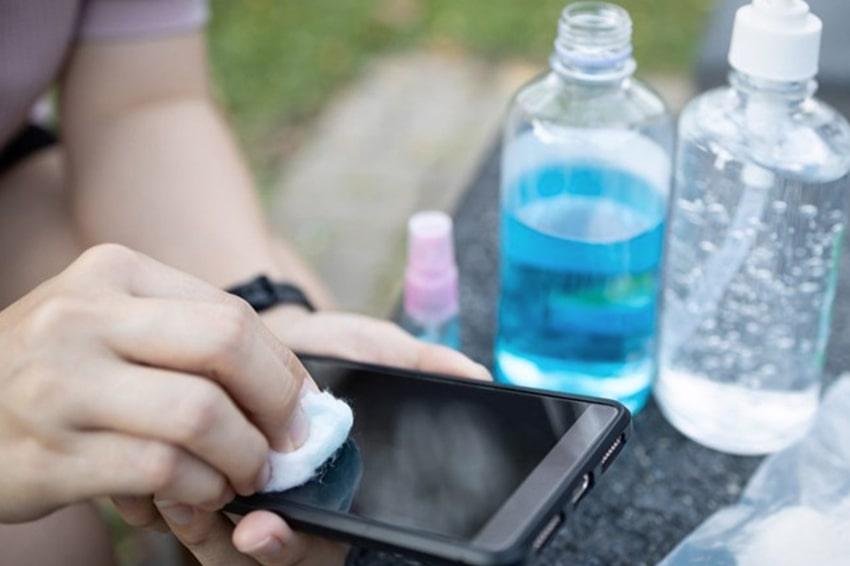 Đừng sử dụng cồn và dung dịch khử trùng nếu bạn không muốn màn hình điện thoại bị ăn mòn