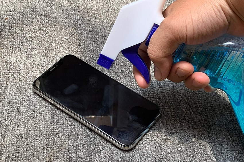 Đừng sử dụng nước lau kính để tẩy rửa để bảo vệ màn hình smartphone