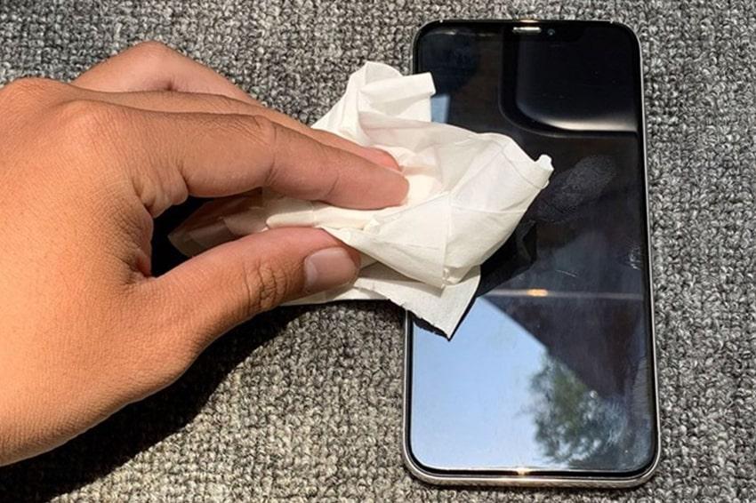 Bảo vệ màn hình smartphone thì một miếng khăn giấy sẽ không làm sạch màn hình như bạn thấy đâu