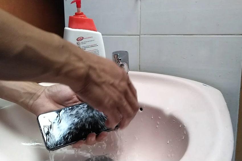 Khả năng chống nước trên iPhone rất hạn chế