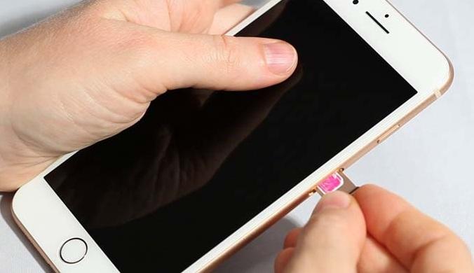 Lắp thẻ SIM vào iPhone 8 và 8 Plus