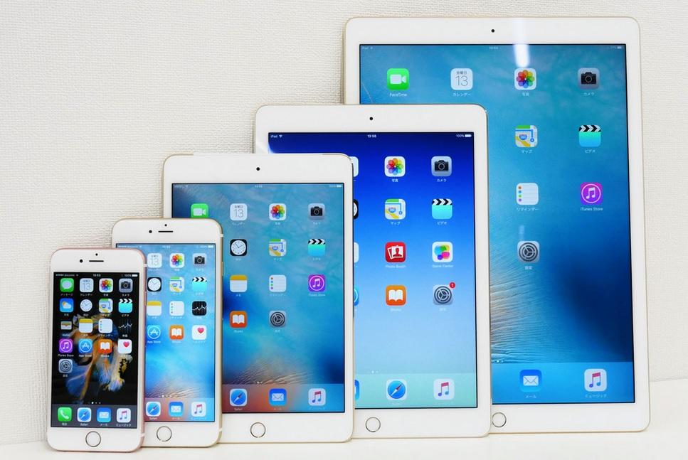 các dòng iPad khác nhau đứng cạnh điện thoại iPhone