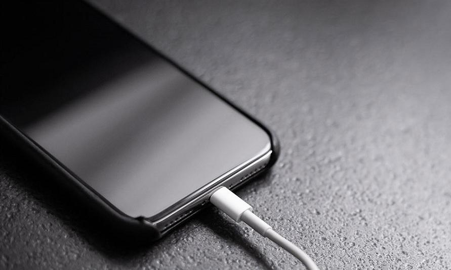 Đang cắm sạc pin iPhone 11 qua đêm