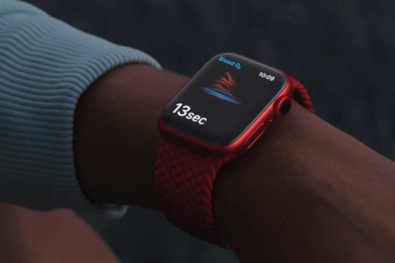 Apple Watch Series 6 màu đỏ đeo trên tay