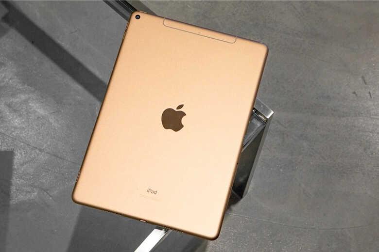 iPad Air 4 mặt lưng có logo Apple