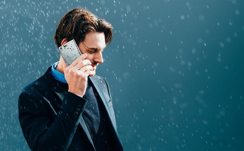 Tránh dùng điện thoại dưới mưa